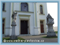 Velké Pavlovice - Statues in front of the entrance to the church