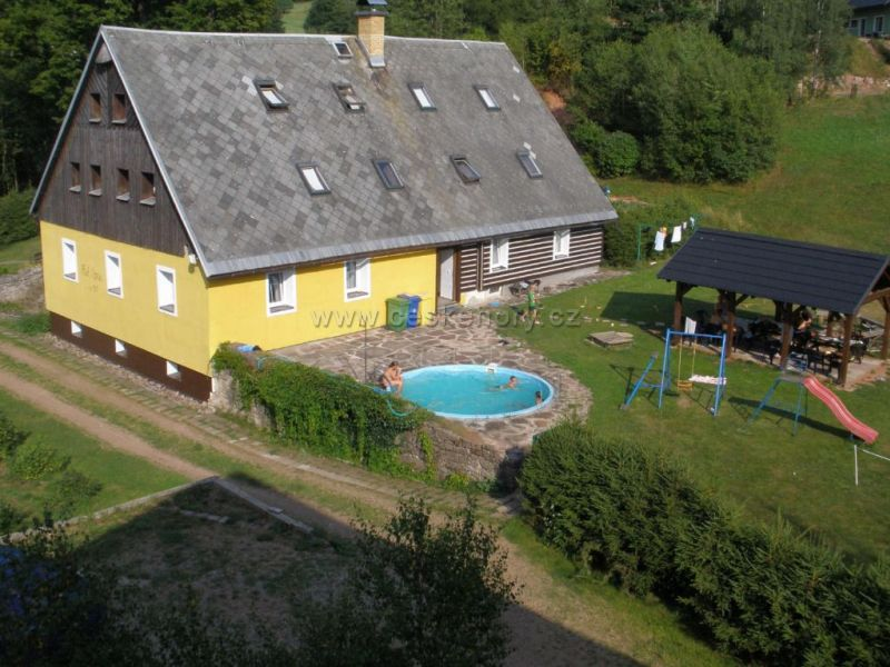 Cottage Pod lípou